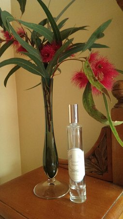 Swansea, Australia: Thoughtful touches of room spray and fresh flowers