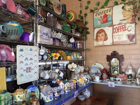 Sheffield, Australien: amazing collection of teapots n cups