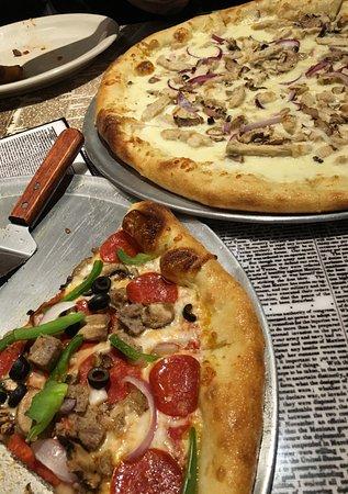 Wilsonville, OR: The headliner (combo) and Alfredo pie pizza
