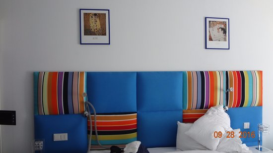 Marshal Garden Hotel: Loving my colorful bed .