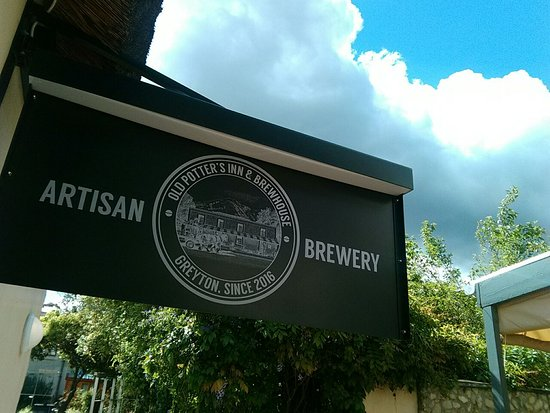 Greyton, Sudáfrica: Artisan Brewery sign at Old Potters Inn