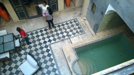 Riad Alamir: vue de la chambre sur petite piscine intérieure/terrasse