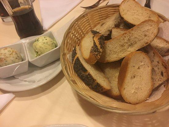 Landhotel Krone: Brot mit kräuterbutter und schmalz vorab