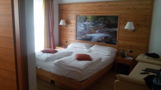 Adriana Family Hotel: Parco giochi dell'hotel e lago di Tenno.