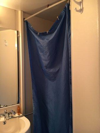 Chambray-Les-Tours, Γαλλία: Salle de bain plus que médiocre, rideau de douche tombant, c'est le même robinet pour la douche