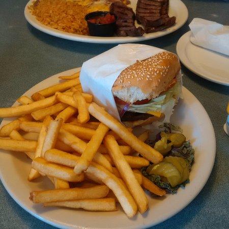 Santa Maria, Kalifornien: Burger - very generous chips!