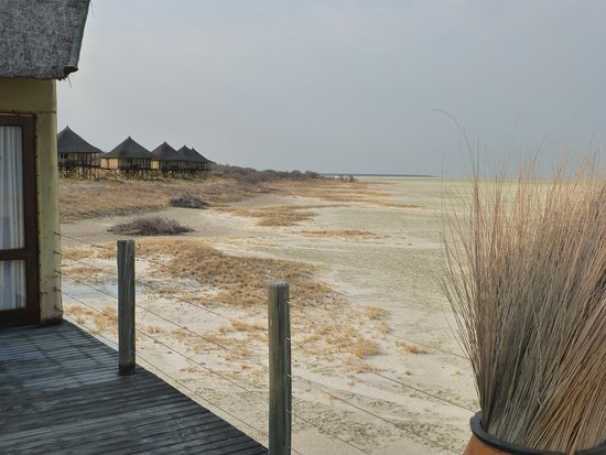 Onkoshi Camp: Blick vom Restaurant auf die Hütten.