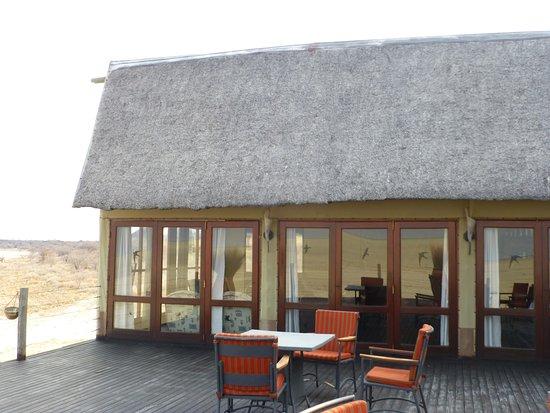 Onkoshi Camp: Da hinter ist die Bar...