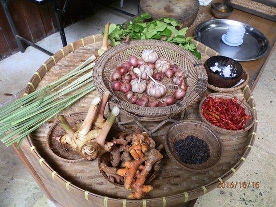 Chalong, Tajlandia: Yellow curry ingredients