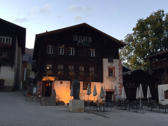 Ernen, Suisse : St.Georg Restaurant on the historic village square