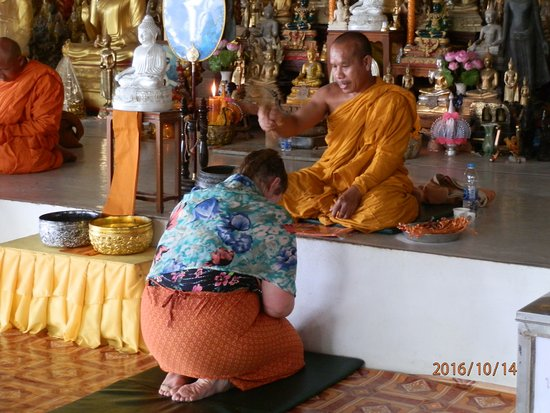 Chalong, Tajlandia: My daughter receiving a blessing