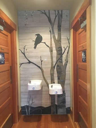 Lynden, Etat de Washington : Even the entrance to loo is beautiful! Artist - Debbie Dickinson