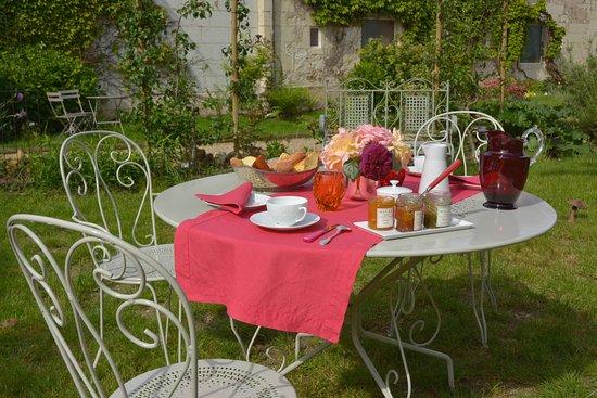 Beaumont-en-Veron, França: Le petit déjeuner au jardin