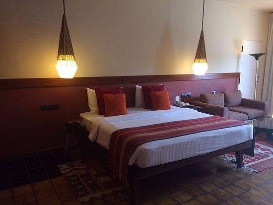 Cinnamon Citadel Kandy: Habitación normalita con pobre ubicación y decoración