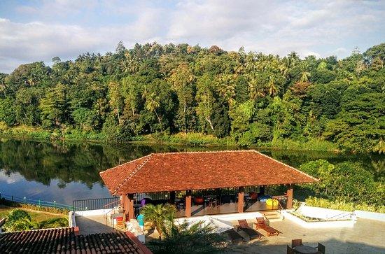 Cinnamon Citadel Kandy: Vistas desde el comedor al río y el pool bar