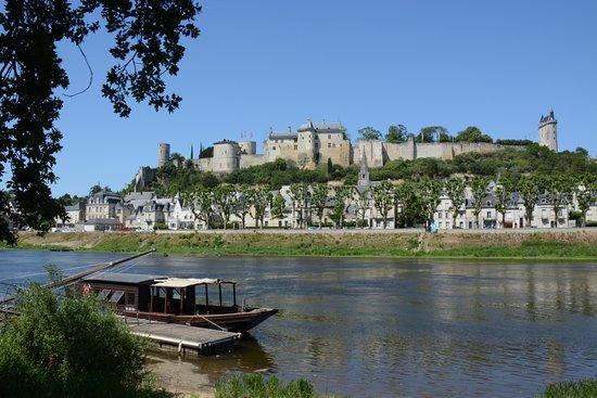 Beaumont-en-Veron, فرنسا: Vue sur le château de Chinon