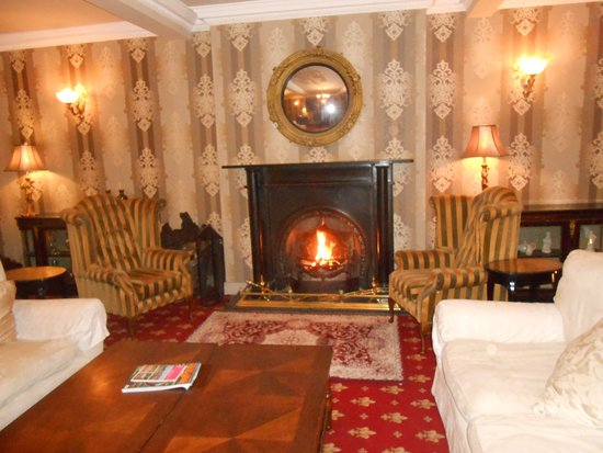 Rossnowlagh, Ireland: foyer with peat fire