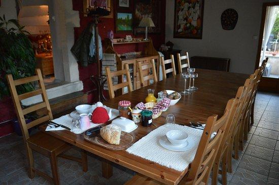 Montmorillon, ฝรั่งเศส: Petit déjeuner fait maison