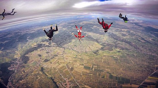 Krems an der Donau, Österreich: Fallschirmspringer über LOAG