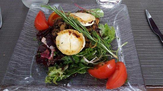 Perols, Frankrike: Lovely goats cheese salad.
