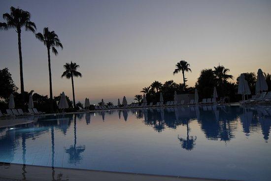 Hotel Iz Flower Side Beach: Pool am Abend