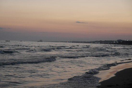 Hotel Iz Flower Side Beach: Strand am Abend