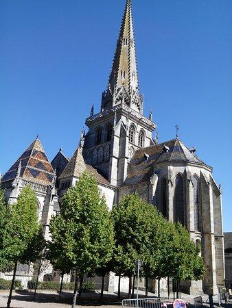 Cathédrale Saint-Lazare : vue cote jardin