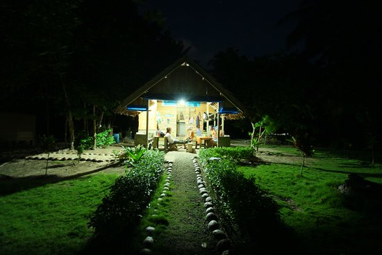 Mentawai Islands, อินโดนีเซีย: Jupy SurfCamp chilling at night