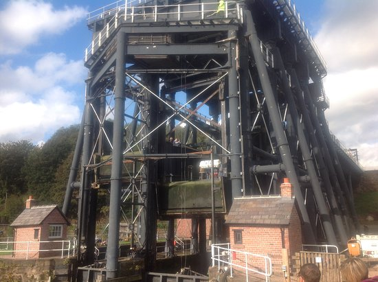 Middlewich, UK: The lift its self in action.