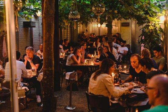 Bistro Flores : patio met dak