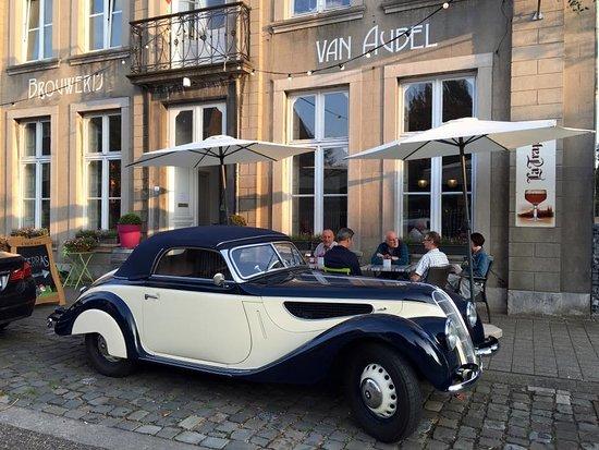 Lanaken, Belgio: De Brouwerij staat er al mooi bij sinds 1860. Daar kan geen oldtimer aan voorbij rijden ;-)