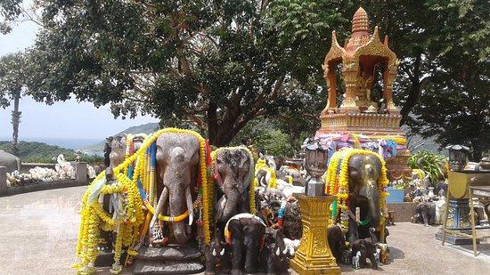 Rawai, Tailandia: Petit temple avec des statues d'éléphants sacres.