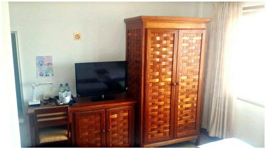 Nalinthone Guesthouse: TV, Wardrobe, Fridge, Water