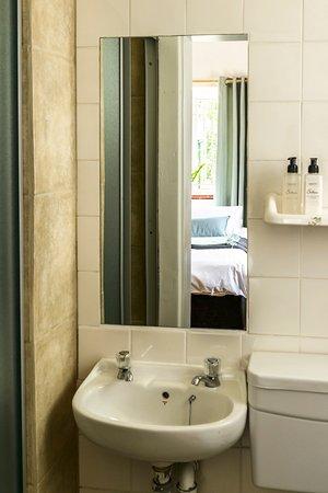 Muizenberg, Sudáfrica: bathroom in the standard room