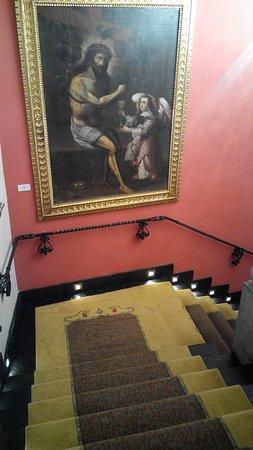 Aranwa Cusco Boutique Hotel: Le scale interne con quadri e statue in legno, di pregio e antiche