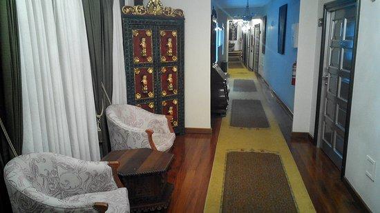 Aranwa Cusco Boutique Hotel: Corridoio davanti la stanza con arredi d'epoca