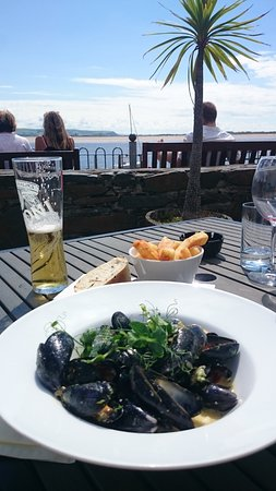 Aberdyfi (Aberdovey), UK: View from the beer garden and lovely Mussels for lunch.