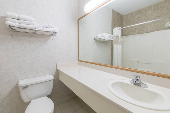 Ramada Limited Bismarck Northeast: Standard bathroom