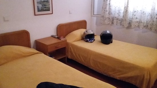Estremadura, Portugal: Twin beds reminded me of life in the 1950's.