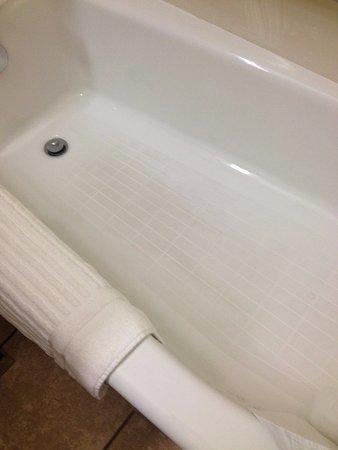 Sullivan, Missouri: Bathtub bottom looked dirty