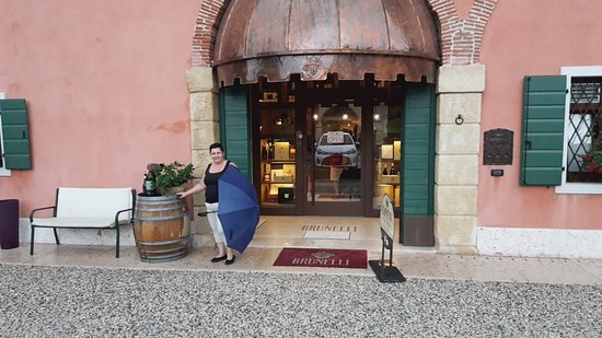 Brunelli Winery - Amarone since 1936: вход в Wine Shop