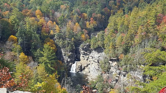 Linville Falls, NC: Green hiking trail to the top.  Red trail to the falls at eye level.  Can easily do both in 3 ho