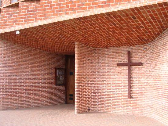 Iglesia del Cristo Obrero: UN INGRESO POCO ORTODOXO QUE INVITA AL ENCUENTRO CELESTIAL