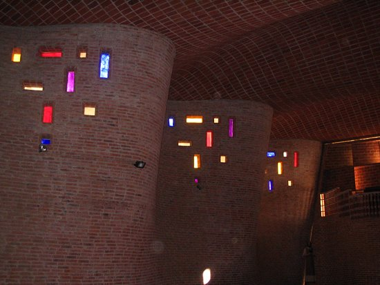 Iglesia del Cristo Obrero: CALEIDOSCOPIO DE IMAGINACIÓN INIGUALABLE