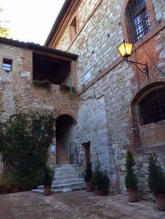 Serre di Rapolano, Italia: Entrance to the hotel
