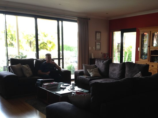 Baudins of Busselton: Lovely lounge area opening up to a BBQ Patio entertaining/dining area...