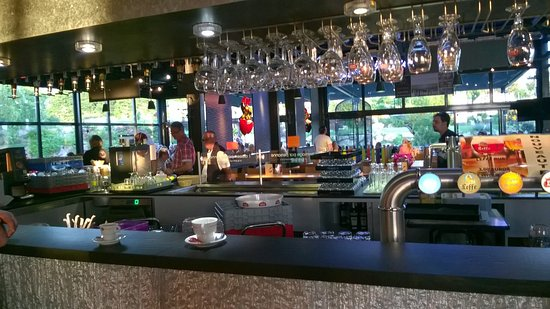 Lapalisse, Francja: vue sur la salle depuis le bar