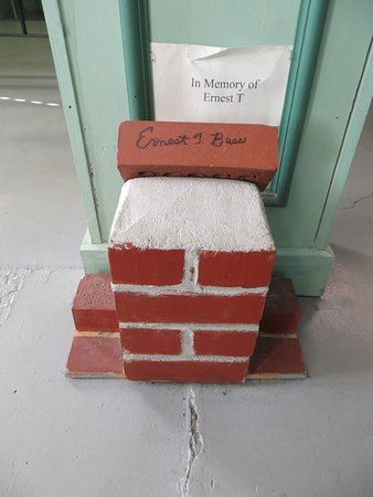 Mount Airy, Carolina del Norte: Ernest T. Bass signed a brick