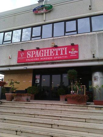 Carsoli, Itália: Visto dalla strada non sembra invitante...non fatevi ingannare