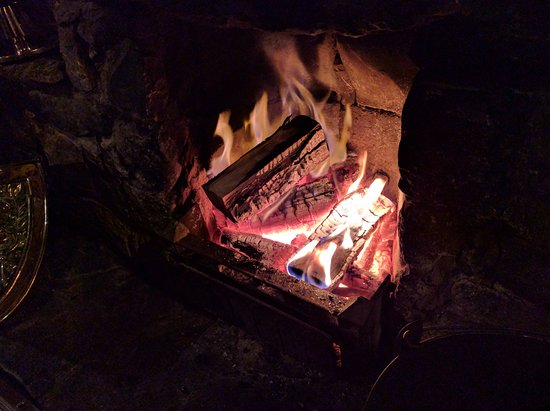 Alstonefield, UK: The roaring log fire in the bar
